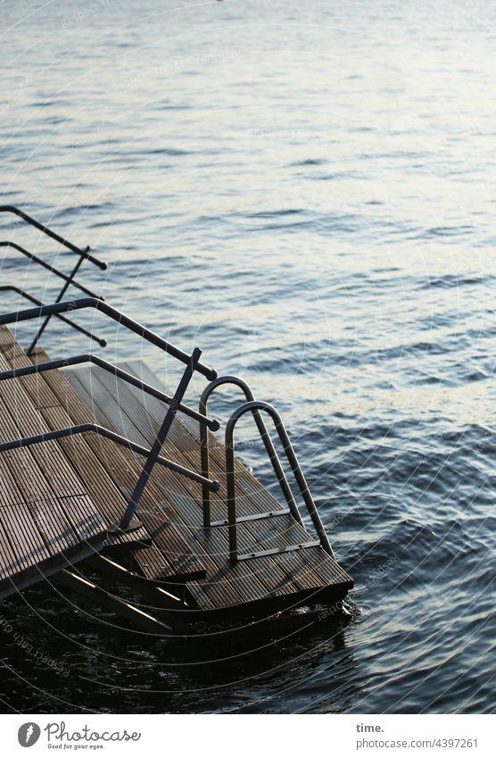Ostseeausstieg wasser treppe badestelle ostsee geländer handlauf meer einstieg wellen reflexion gegenlicht oberfläche stahl nass feucht maritim seegang element