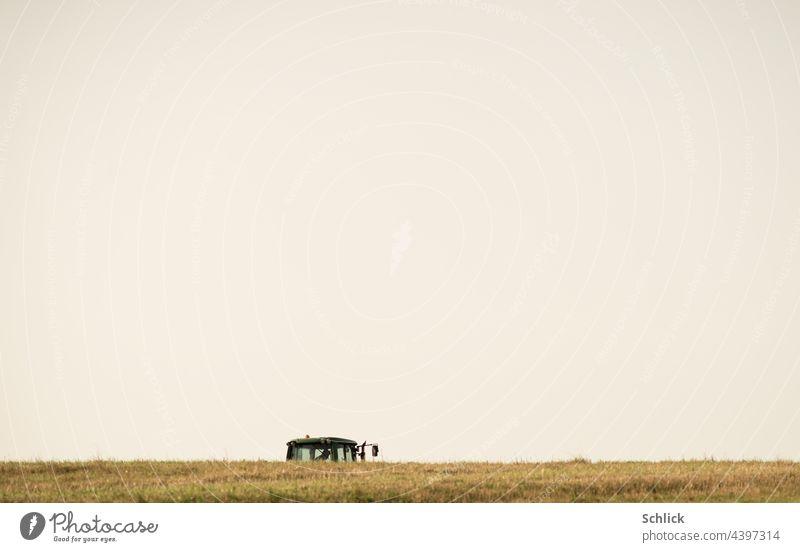 Feldarbeit Traktor erscheint am Horizont partiell Fahrerkabine Himmel grau Landwirtschaft Arbeit & Erwerbstätigkeit Außenaufnahme Ackerbau Tag Landschaft