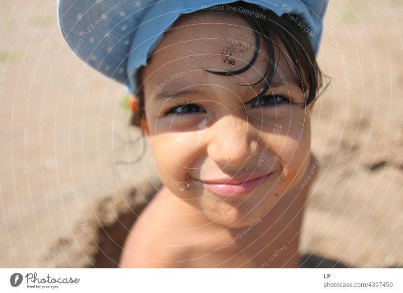 Gesicht eines schönen Kindes, das am Meer in die Kamera lächelt positive Emotion Lächeln Strand einzeln vereinzelt Single abstrakt Bewegung fließen Kinderspiel