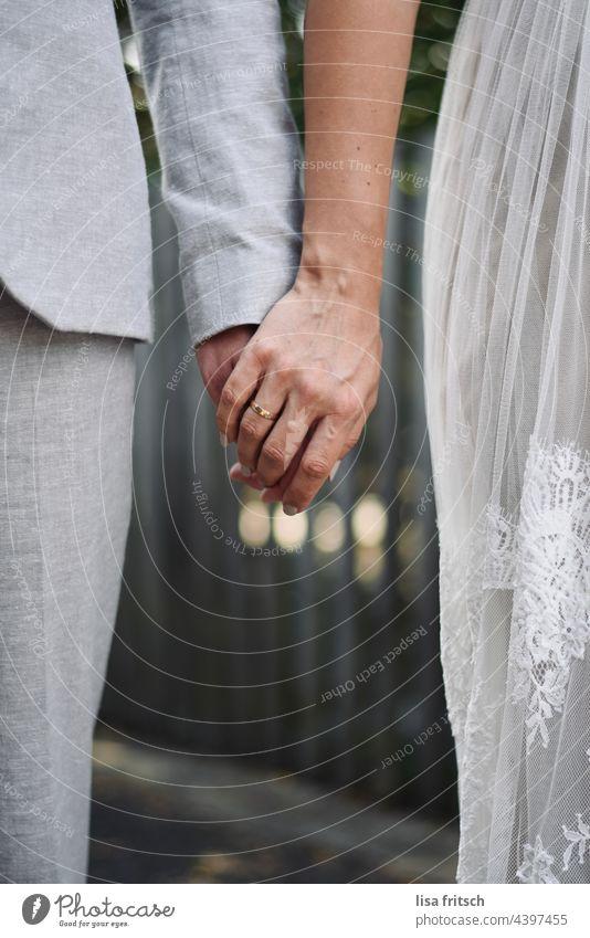 VERLIEBT VERLOBT VERHEIRATET Hochzeit Zusammensein zusammen Liebe Ehering mann und frau Partnerschaft Paar Händchen haltend Liebespaar Vertrauen Hochzeitspaar