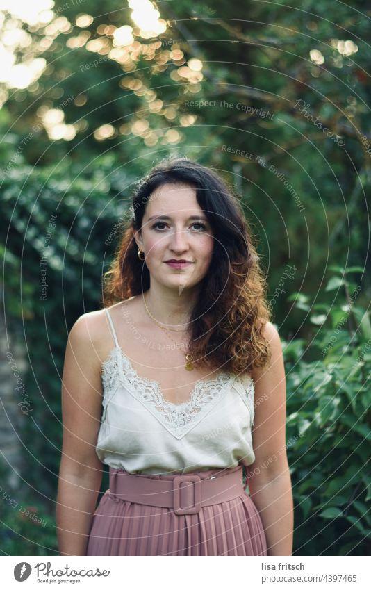 FRAU - HÜBSCH - LOCKEN - SCHICK Frau Locken 25-29 Jahre brünett schick Schickimicki Erwachsene Farbfoto Außenaufnahme Lächeln zurückhaltend Schüchtern unsicher