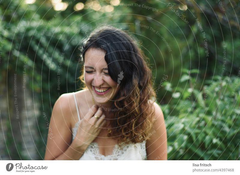 Frau - Locken - schön 25-29 Jahre brünett hübsch jung ästhetisch Sommer grün Augen geschlossen lachen herzlich Außenaufnahme Erwachsene Farbfoto Lebensfreude