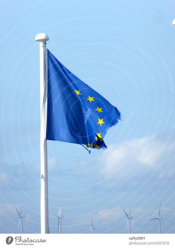 sich auflösende Europaflagge vor Windpark… Flagge Europäische Union kaputt zerzaust Fahne EU blau Europafahne Politik & Staat wehen Symbole & Metaphern Zeichen