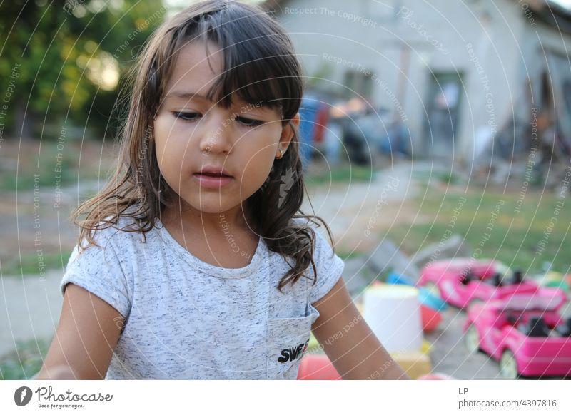 das Gesicht eines schönen Kindes, das herabschaut einzeln vereinzelt Single abstrakt fließen Kinderspiel Kindheitserinnerung offen verträumt Einzahl
