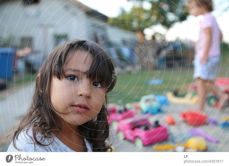 Gesicht eines schönen Kindes, das in die Kamera schaut positive Emotion einzeln vereinzelt Single abstrakt fließen Kinderspiel Kindheitserinnerung offen