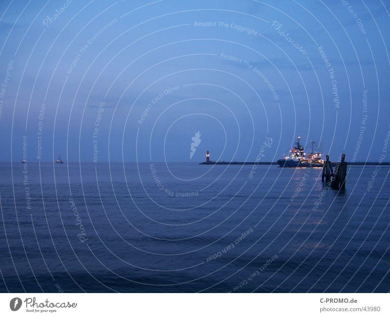 In die Weite des Meeres Wasser Meer blau Ferne Wasserfahrzeug Frieden Hafen Ostsee Fernweh Mole Warnemünde