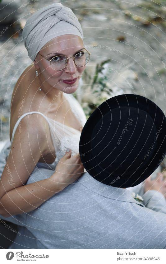 BRAUT - BRAUTPAAR - HOCHZEIT Braut brautpaar Hochzeit schick Brille Kopfbedeckung Hut grinsen Lächeln Zusammensein Farbfoto Glück Liebe Ehe Liebespaar