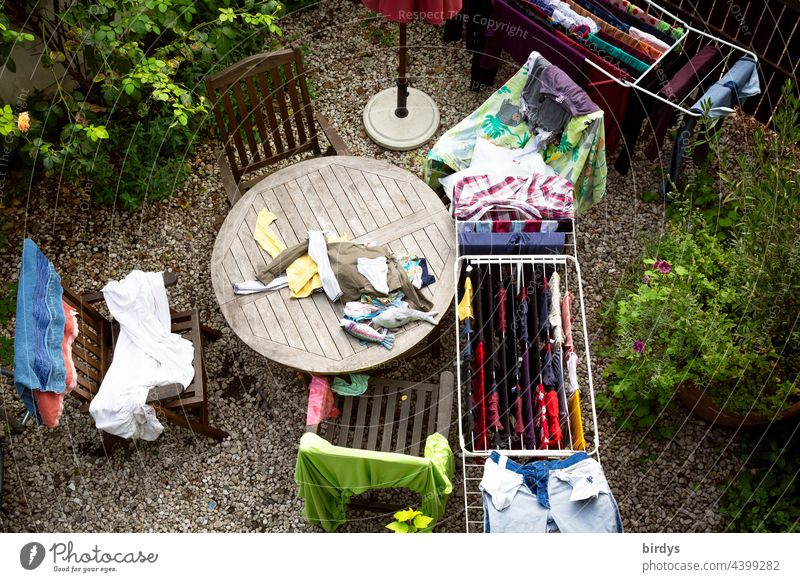große Wäsche aus der Vogelperspektive, Waschtag. waschen trocknen Familie Kinder Wäscheständer Hausarbeit Frische Wäsche Kleidung Bekleidung Alltagsfotografie