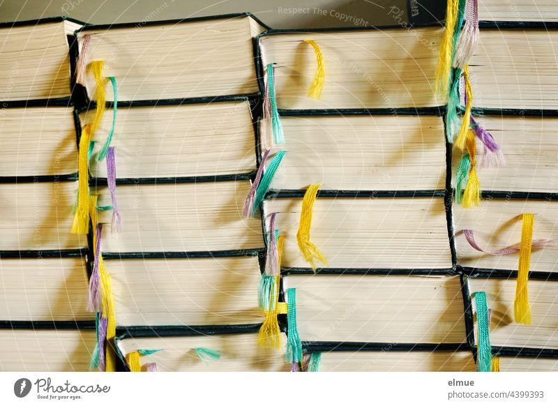 Seitenansicht mehrerer Stapel gleicher Bücher mit bunten Lesebändern / lesen / Bildung Buch Leseband Lesebändchen Bibel Nachschlagewerk Ansammlung Farbe