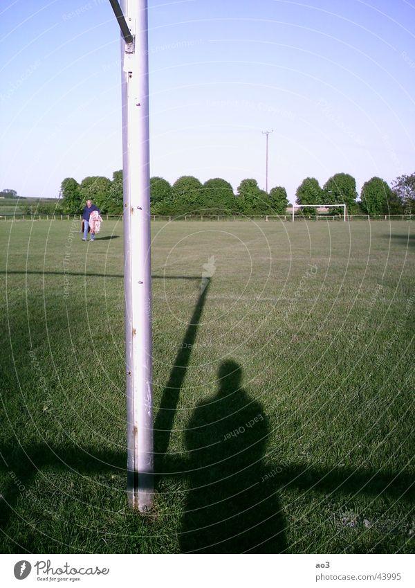 Der Geist des Fußballs Spielfeld Wiese Baum Sonnenuntergang Fußballplatz grün Schatten Tor Rasen Landschaft Pfosten Geister u. Gespenster Sportrasen