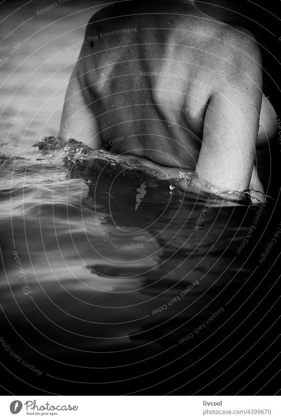 Frau beim Baden im Meer II Porträt MEER Sommer Wasser nass nackt Einstellung sinnlich Rücken Arme Truhe Körper schwarz auf weiß bnw Lifestyle Seele Emotion