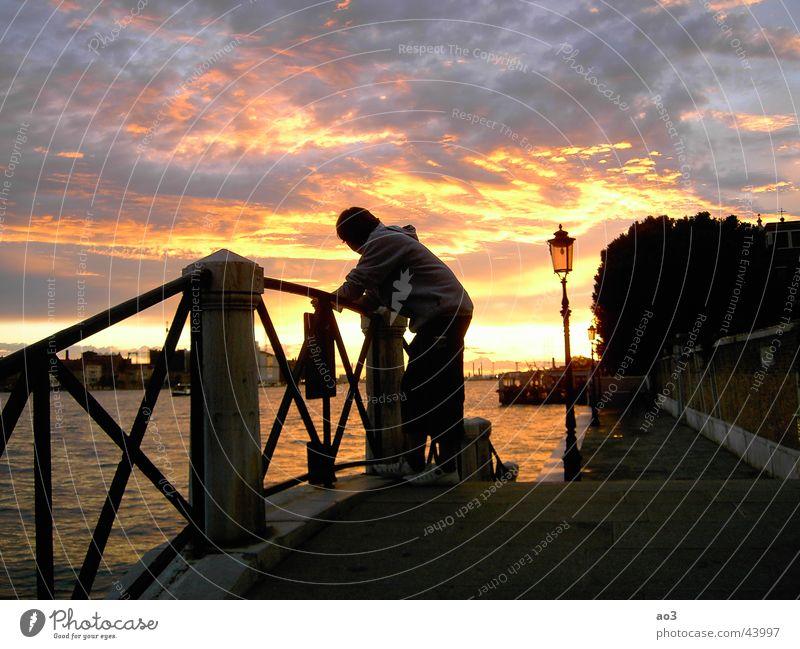 Abendlicht Wasser Himmel weiß Sonne Meer grün rot Strand schwarz Wolken Einsamkeit gelb Lampe Holz träumen See