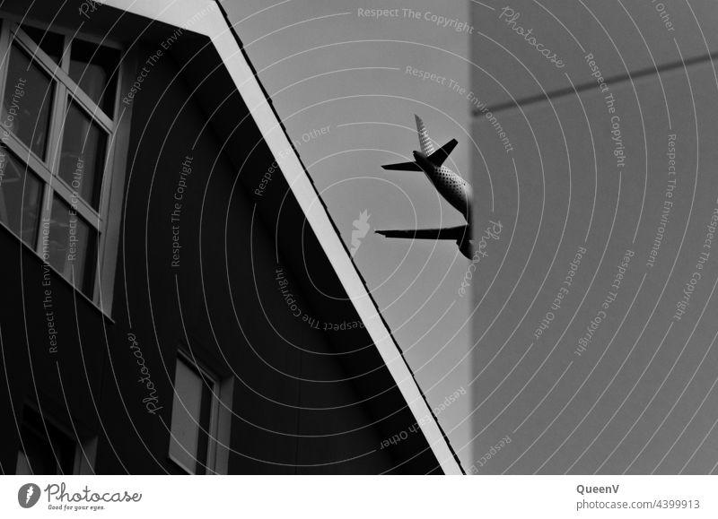 Flugzeug zwischen den Häusern hinten Luftverkehr Flugzeuglandung Passagierflugzeug Flughafen Tourismus Freiheit Flugzeugstart Ferien & Urlaub & Reisen Ferne