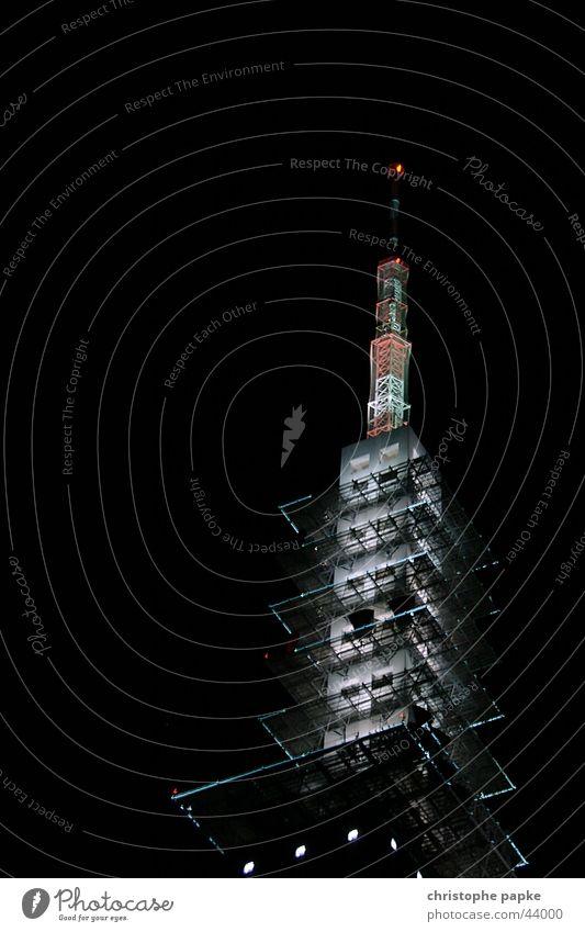 Beleuchteter Funkturm bei Nacht Fernsehturm Turm Radio Fernsehen Medien Antenne dunkel 5g Sender Hannover Fortschritt Zukunft Architektur hoch schwarz senden