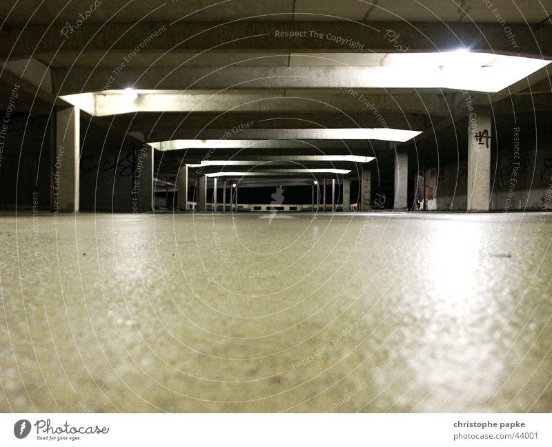 Totale eines dunklen und leeren Parkhauses Tiefgarage dunkel Garage trashig Menschenleer Angst Beton bedrohlich Architektur Verkehrswege Tunnel Stadt Einsamkeit