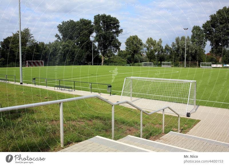 Sportplatz Freizeit & Hobby Spielfeld Fußballplatz Rasen Sportveranstaltung Sportstätten Sportrasen grün Treppe Treppengeländer Fußballtor Landesliga Kreisliga