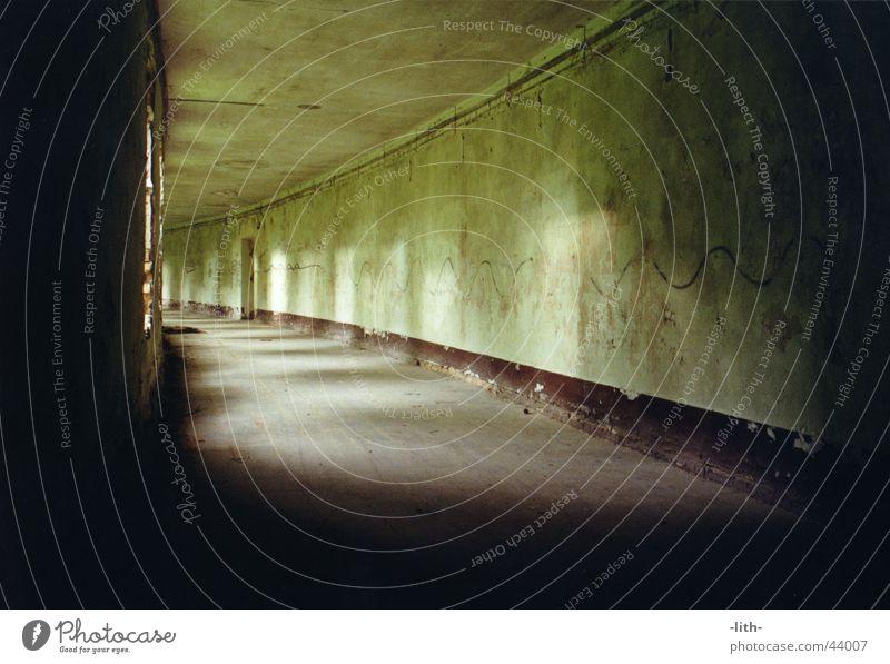 Endlosgang I Unendlichkeit grün lang verfallen Architektur Gang