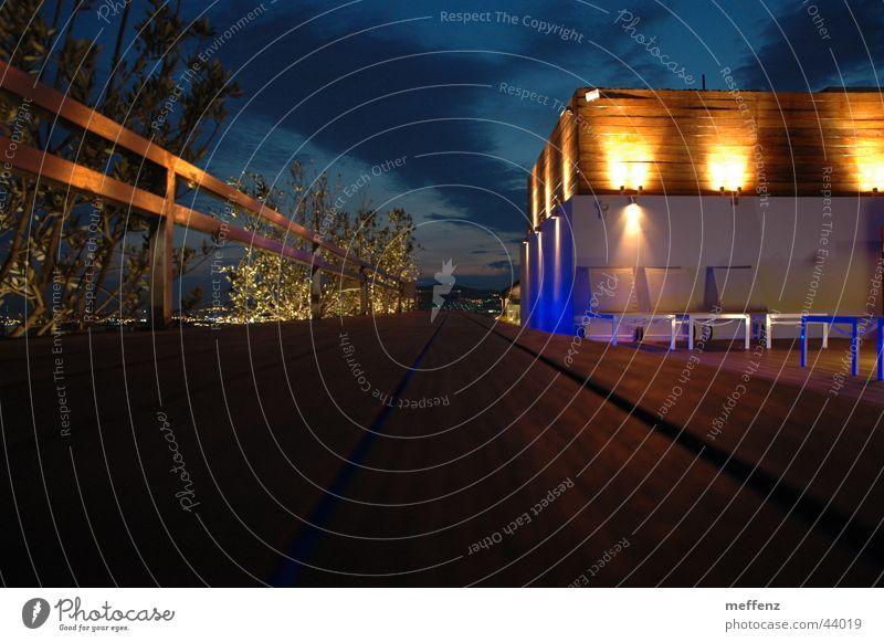 Nachteulen in Athen Gebäude Stil Fassade modern Europa Schwimmbad erleuchten Bildausschnitt Anschnitt Nachtaufnahme Schwimmhalle Fluchtlinie Moderne Architektur