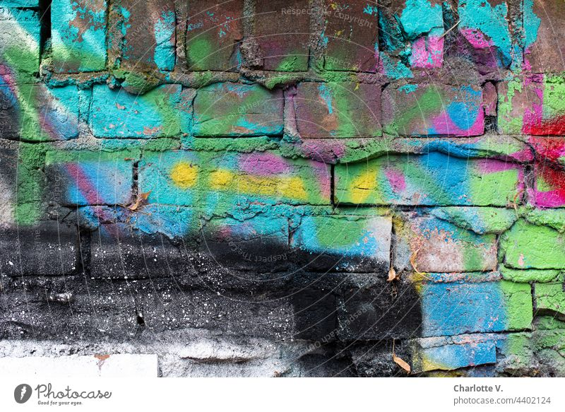 Das Schwarz hat noch nicht gewonnen bunt Wand Ziegel Farbfoto Mauer Strukturen & Formen Außenaufnahme alt Muster abstrakt flächen schwarz gelb pink türkis rot