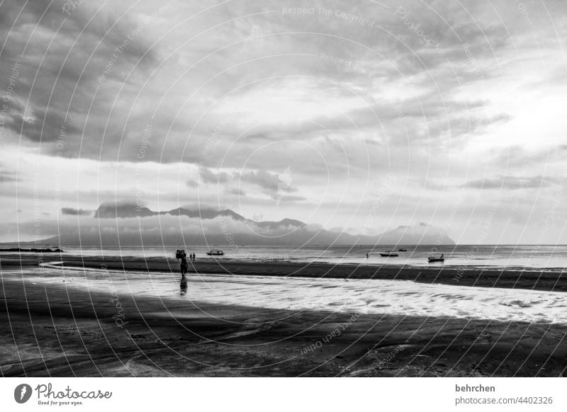 mehr meer dramatischer himmel Dramatik Kontrast Licht Tag Sarawak Wasserfahrzeug kommen Rinnsal Sand Außenaufnahme Fischerboot fantastisch Wellen Wolken Ausflug