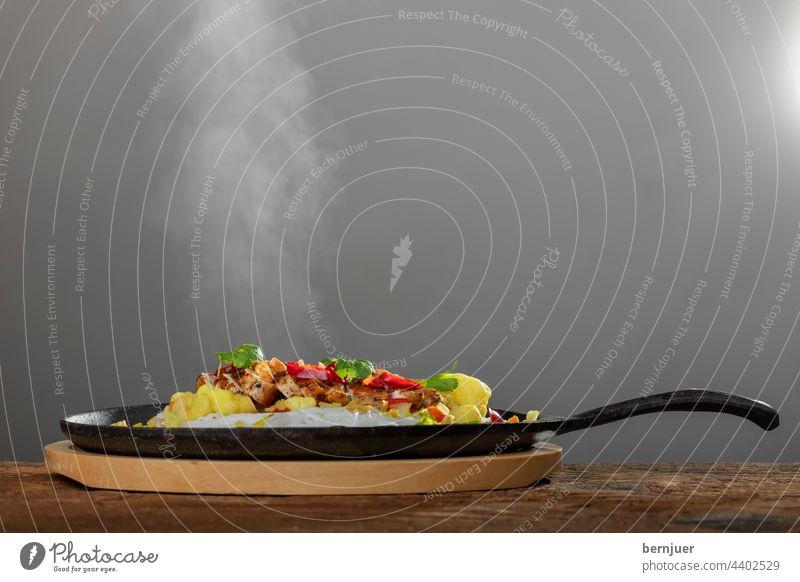 dampfend heißer Sizzler auf Holz sizzler essen huhn gesund rauch frisch indisch warm Mahlzeit Gemüse Gourmet kochen Fleisch Abendessen Teller Gericht Küche