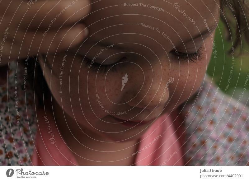 Mädchen mit Sommersprossen blickt nach unten Blick nach unten Augen geschlossen Porträt Mensch Kind Kindheit träumen lange wimpern niedlich süß rosa blumig