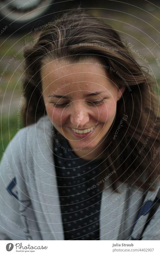 freundliches lachen einer Frau attraktiv Selbstvertrauen braune Haare lacht Zähne zeigen weiblich Freude lachend haare im wind offene Haare lange Haare schön
