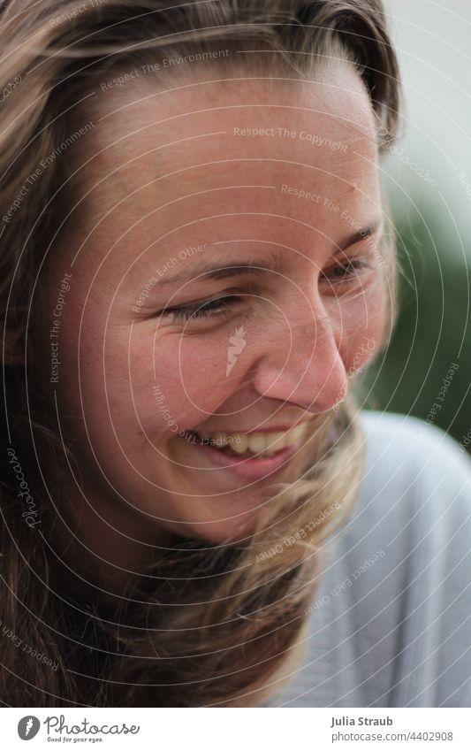 Schöne Junge Frau lacht weiblich lachen lachend Freude Zähne zeigen haare im wind Haare im Gesicht lange Haare offene Haare braune Haare schön hübsche frau