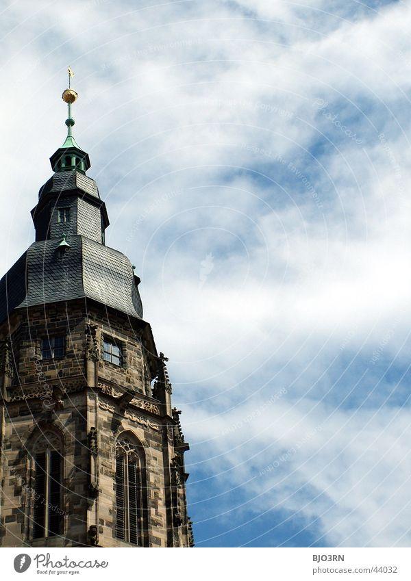 St. Moriz weiß Kultur Religion & Glaube Gotteshäuser Turmspitze Kirchturm Wolken historisch Coburg Protestantismus Katholizismus Himmel blau Spitze Architektur