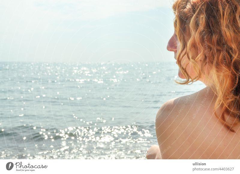 Schönes Porträt im Profil Nahaufnahme einer jungen rothaarigen lockigen Frau am Meer am Strand in Italien mit Kopie Raum, Raum für Text rote Haare MEER Mädchen