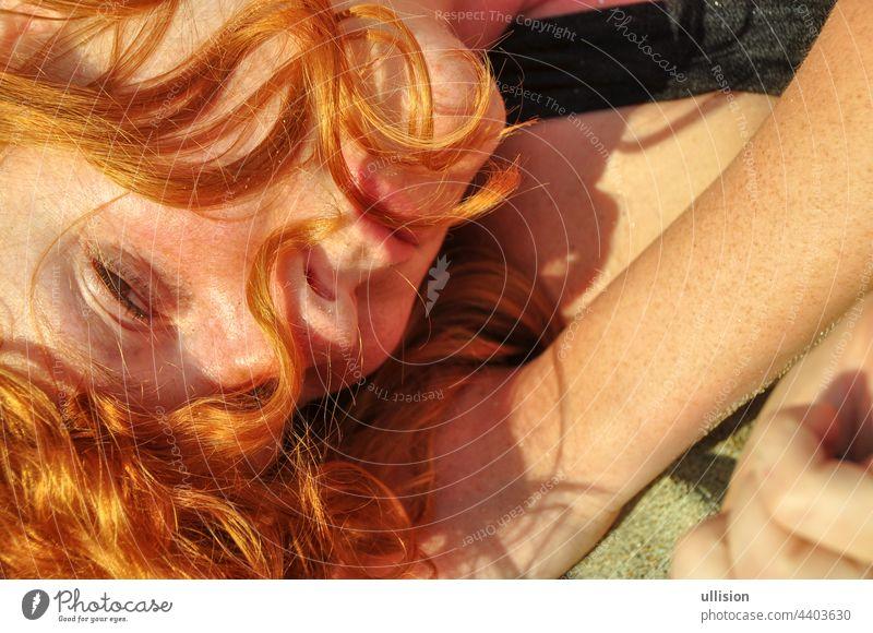 Schönes Porträt in Nahaufnahme einer jungen eleganten sexy rothaarigen lockigen Frau am Strand voller Liebe und Lust Rotschopf Lügen Feiertag MEER Italien