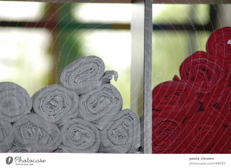 gerollt Handtuch Regal Haare & Frisuren nass grau bordeaux rot Fenster geblitzt Rolle Häusliches Leben Friseur