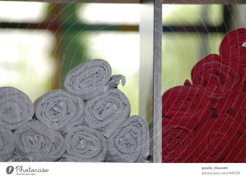 gerollt rot Fenster Haare & Frisuren grau nass Häusliches Leben Friseur Rolle Handtuch Regal bordeaux geblitzt