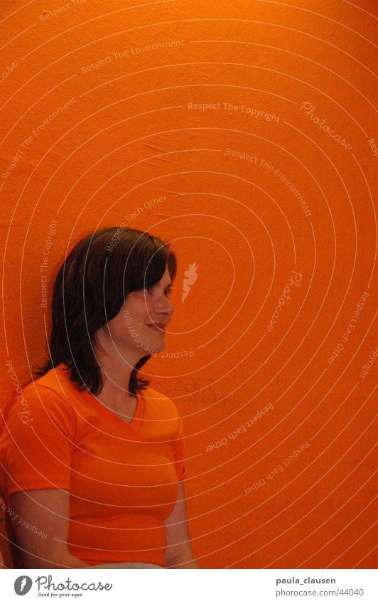 Ute in orange brünett Ton-in-Ton Porträt Publikum Frau orange Wand Oranges T-Shirt Mensch Blick Einsamkeit Interesse