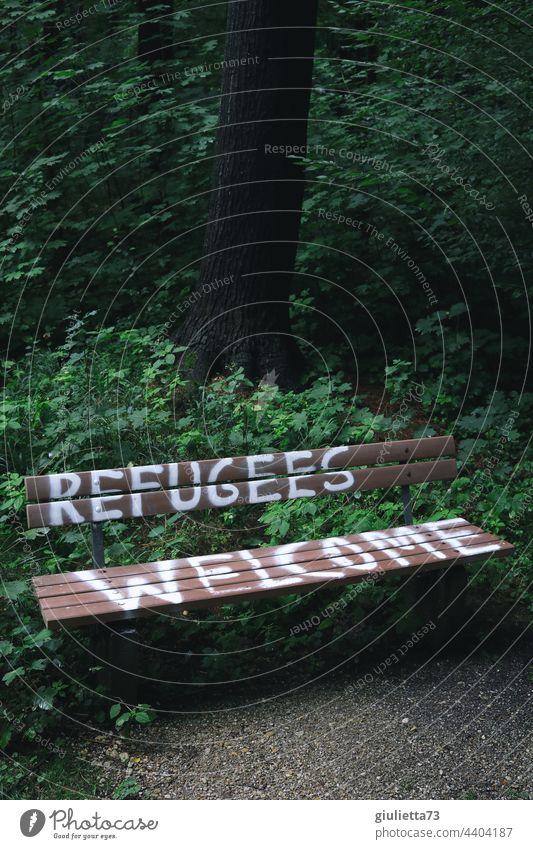 Refugees welcome - Flüchtlinge willkommen | Schriftzug auf einer Bank Graffiti Außenaufnahme Park Schriftzeichen Menschenleer Willkommen menschlich Humanität