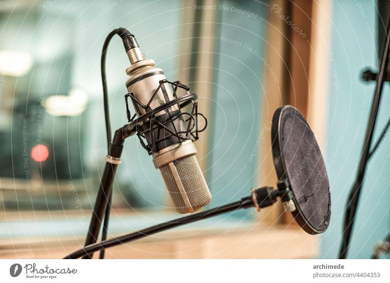 Mikrofon im Aufnahmestudio Ausstrahlung Radio Musik Tonstudio rec Musical live Nahaufnahme Rede Chrom Fenster professionell Theater Felsen Konzept Klang zeigen