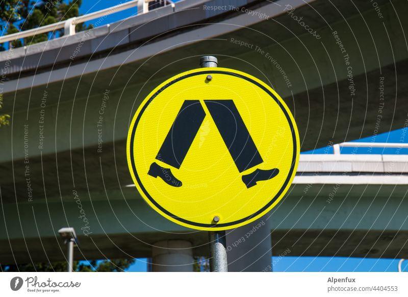 Fußweg zum BVB-Stadion Wege & Pfade Schilder & Markierungen Menschenleer Hinweisschild Verkehr Fusspfad Verkehrswege Straße Zeichen Fußgänger Stadt Tag gelb