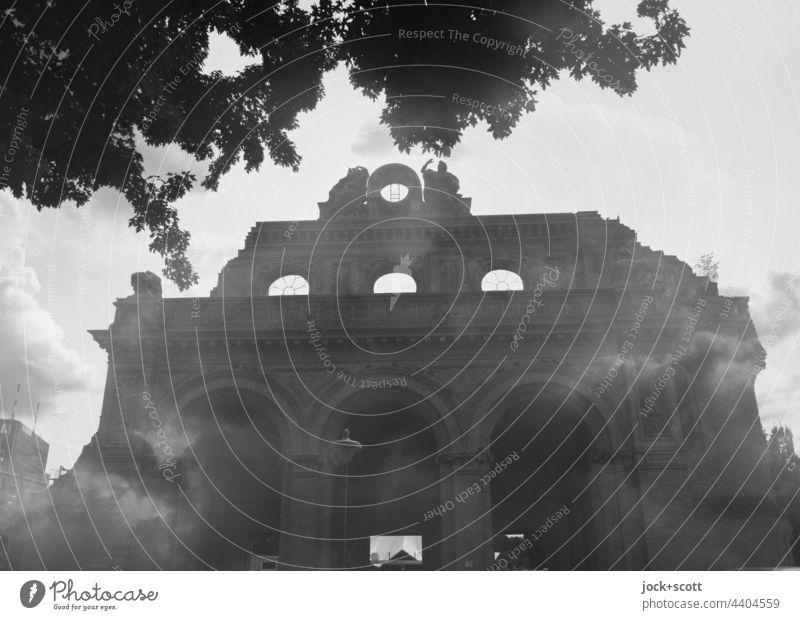 Fragment des Portikus vom Anhalter Bahnhof in s/w Kreuzberg Berlin Denkmal Rest Architektur Sehenswürdigkeit Bruchstück Doppelbelichtung Silhouette Wolken