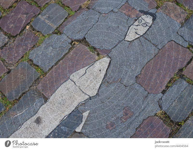 """Rest der Bodenmarkierung """"Fußgänger"""" Fußgängerübergang Kopfsteinpflaster verwittert Straße Verkehrswege Straßenkunst Comic Prenzlauer Berg Berlin"""