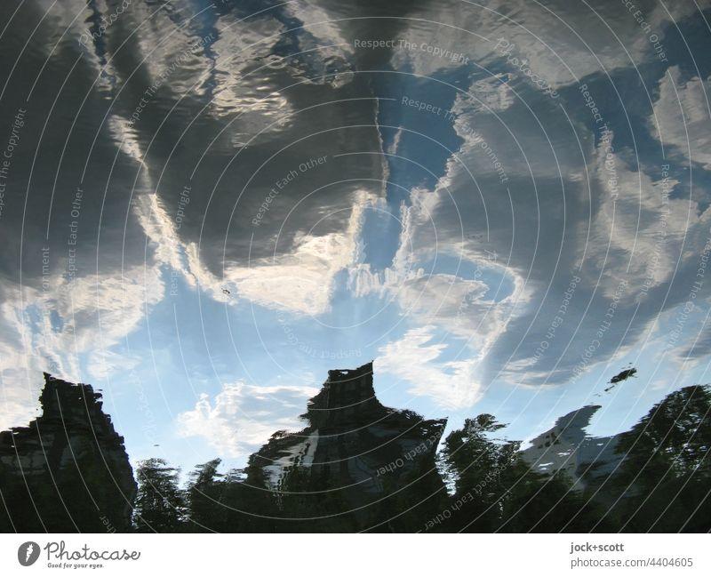 Spiegelung auf ruhiger Wasseroberfläche mit verzerrten Wolken Wasseroberfläche Reflexion & Spiegelung Wasserspiegelung Himmel Silhouette Umwelt Verzerrung