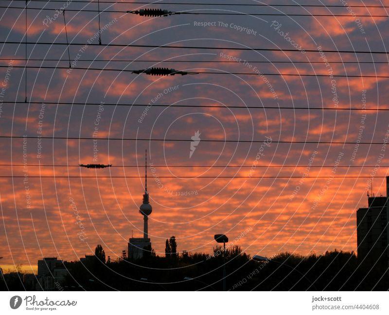 Abendleuchten über der Großstadt Berliner Fernsehturm Wahrzeichen Hauptstadt Himmel Wolken Abenstimmung Oberleitung Silhouette Prenzlauer Berg