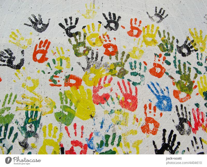 besetzt | mit Handabdrücke in bunten Farben Straßenkunst Abdruck viele Kreativität Teamwork mehrfarbig Silhouette Einigkeit abstrakt Strukturen & Formen