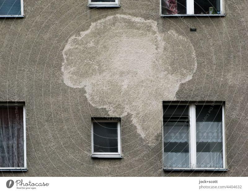großer Fleck wie eine Sprechblase an der Hausfassade Fassade Fenster Inspiration Vergangenheit Gardine Zahn der Zeit Putzfassade Wasserschaden Silhouette