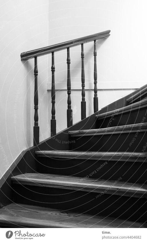 Absturzsperre treppe treppenhaus treppenstufen geländer schutz sicherheit halt kurve holz wand innenarchitektur steil hoch eng Vollholz winkel