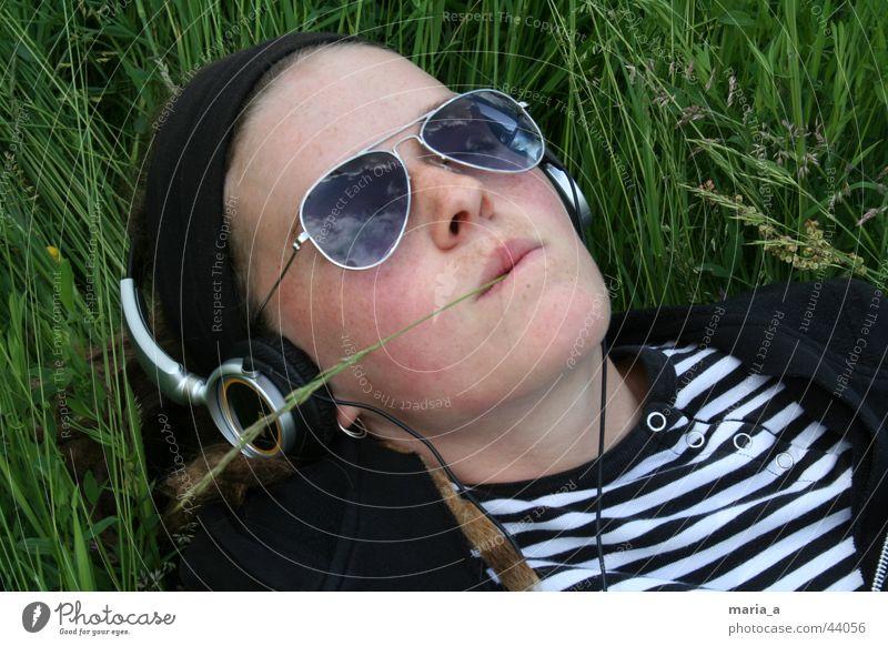 Wiesen-Nina Sonnenbrille Kopfhörer Halm Erholung Sommer gestreift Gras Frau Himmel Musik T-Shirt chillig