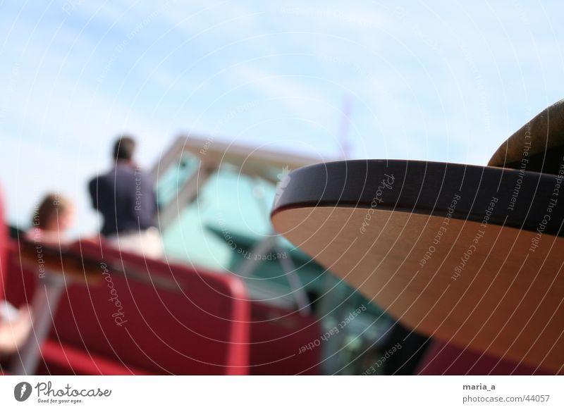 Tischkante Mensch rot Wasserfahrzeug Ecke Schifffahrt Sitzgelegenheit Wellengang
