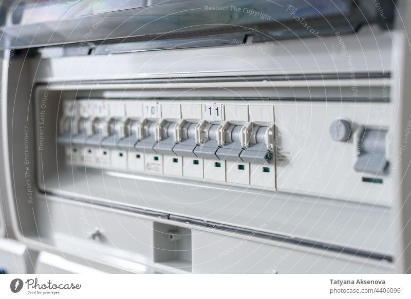 Sicherungsautomaten im Verteilerschrank industriell Elektrizität Kraft Energie Stromkreisunterbrecher Spannung Konstruktion Infrastruktur elektrisch