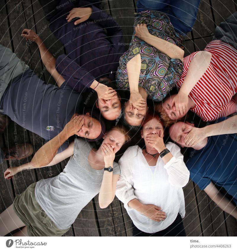 ParkTourHH21 | Der Kreisverband schweigt und genießt ausgeglichen entspannt liegen spaß eng nah runde halten nebeneinander Vogelperspektive kreis portrait