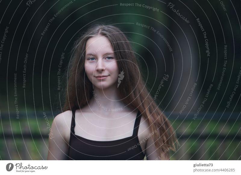 Sommerliches Porträt eines langhaarigen Teenager Mädchens, Naturschönheit 13-18 Jahre 15 16 15-20 Jahre alt 16 Jahre Junge Frau Jugendliche Blick in die Kamera