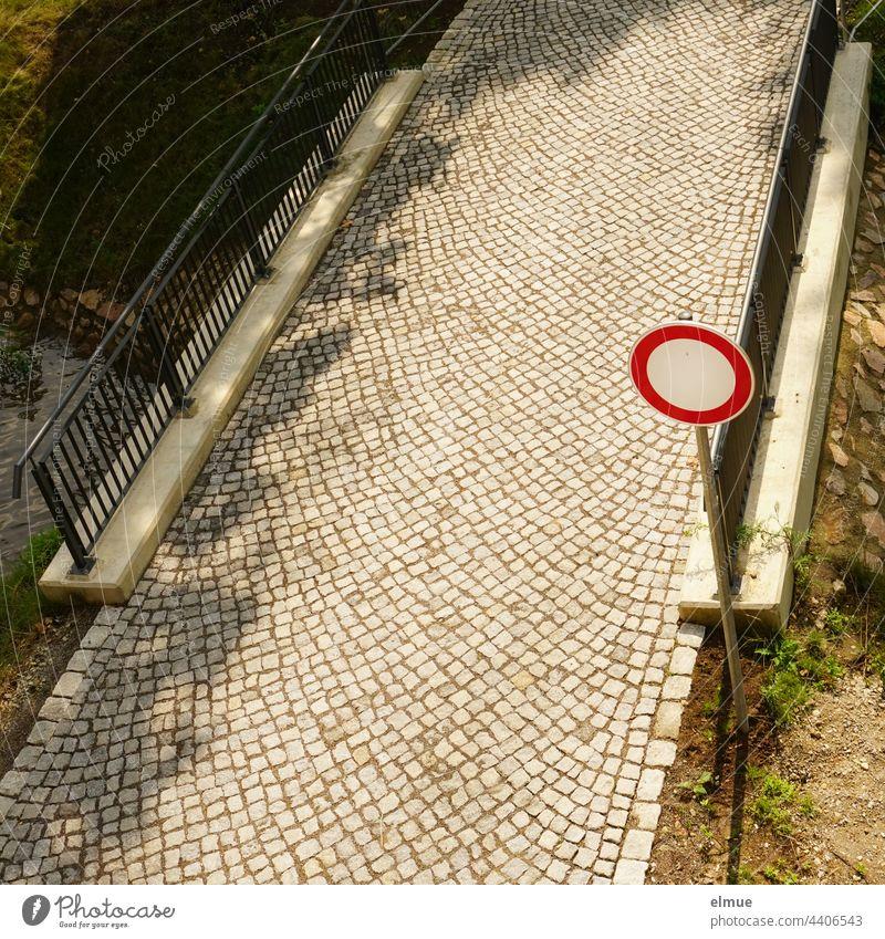 aus der Vogelperspektive - gepflasterte Brücke über einen Wasserlauf mit Geländer und dem Verkehrszeichen - Verbot für Fahrzeuge aller Art / VZ 250